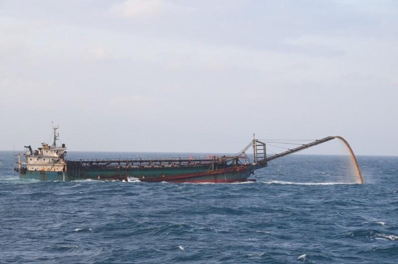 中國抽砂船進入我國專屬經濟海域盜砂,澎湖地檢署提起公訴。(澎湖海巡隊提供)