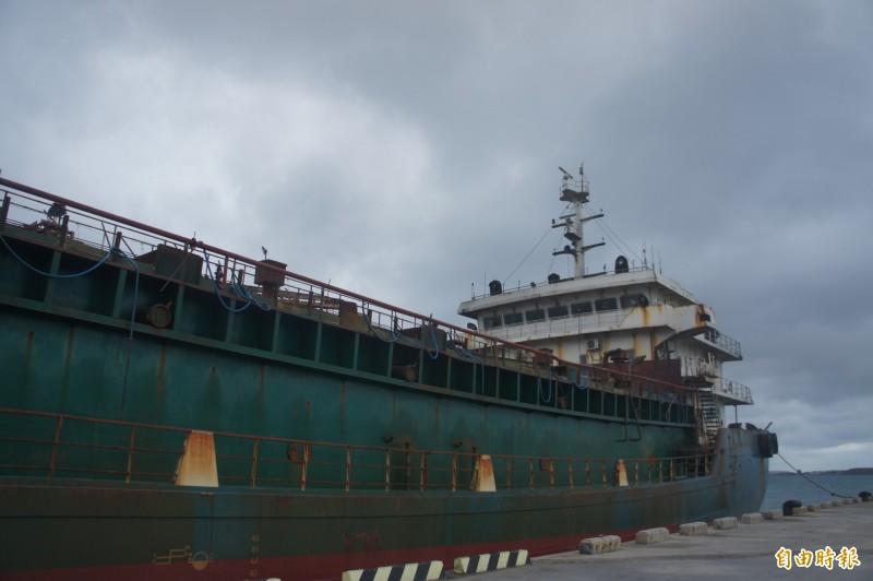 遭到查扣的中國抽砂船及運砂船,澎湖地檢署聲請沒入,未來面臨拍賣命運。(記者劉禹慶攝)