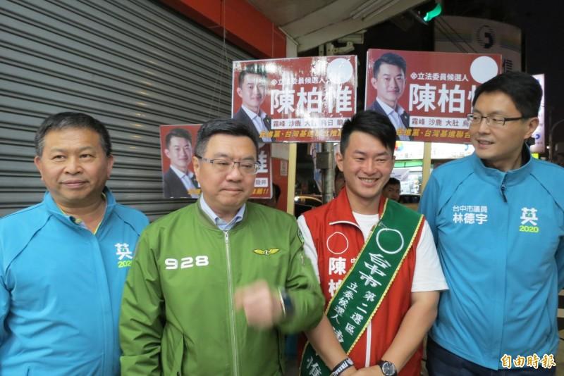 卓榮泰今晚陪陳柏惟掃街,力讚陳柏惟是70個選區,戰鬥力最強的候選人。(記者蘇金鳳攝)
