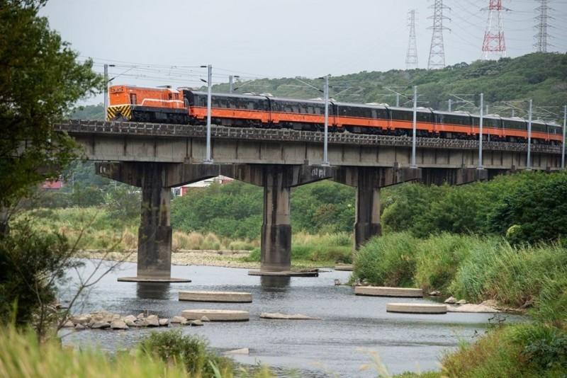 台鐵新彩繪列車今亮相,車廂採黑、橘兩色,與過去的用色大相逕庭,即起至首航前,北部區間均有機會看見。(圖取自臉書-台灣鐵道路透社)