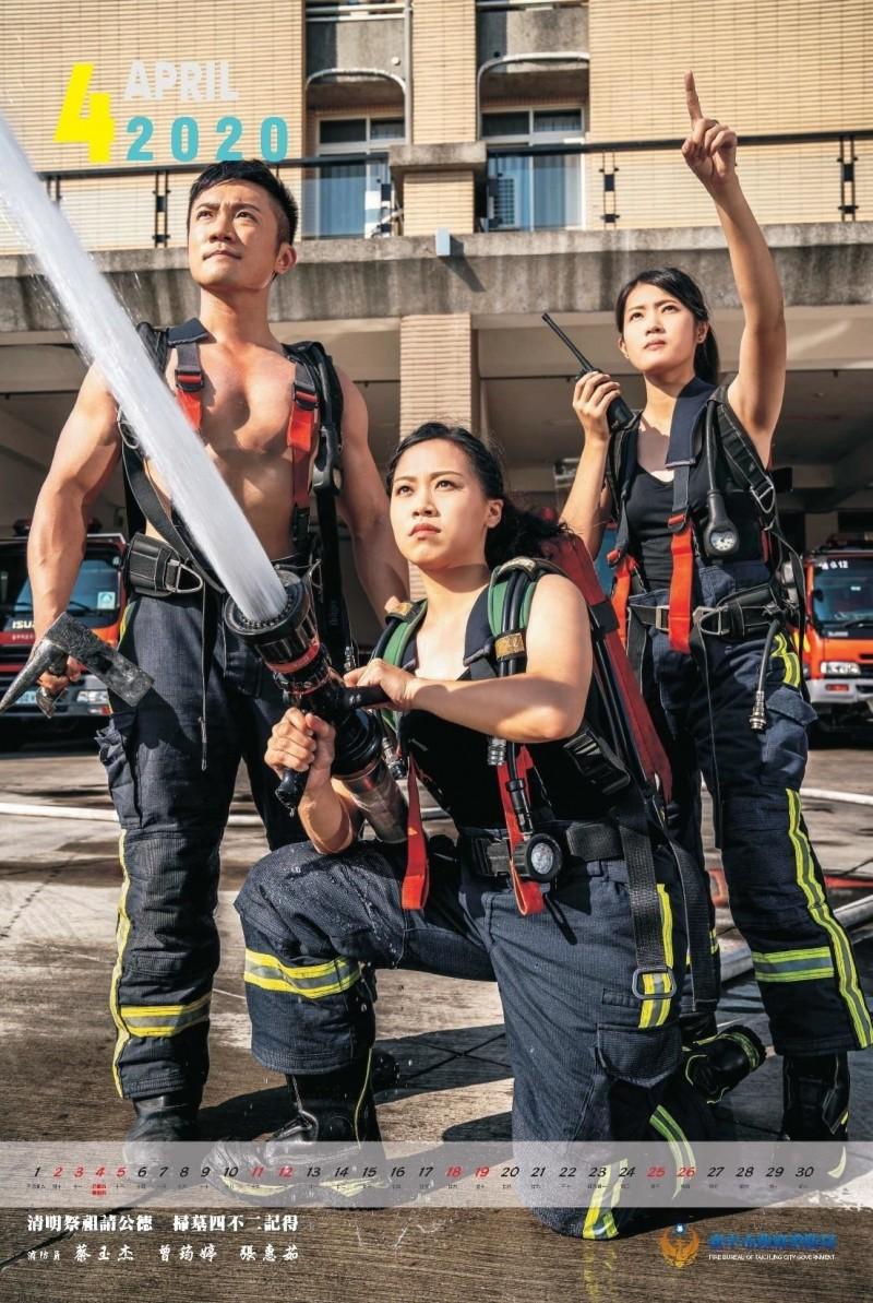 中市消防局形象月曆,肌肉猛男加上健美女神,相當賞心悅目,左起依序為蔡玉杰、曾筠婷、張惠茹。(記者張瑞楨翻攝)