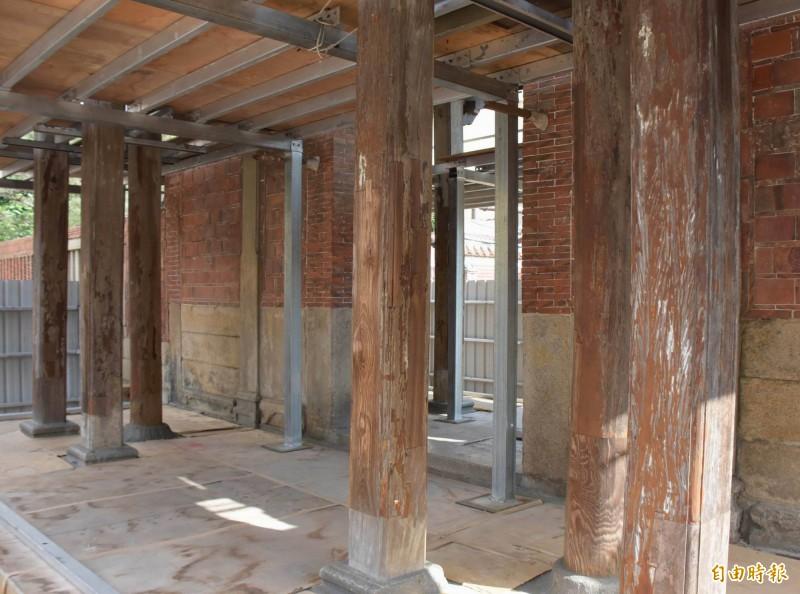 有「台灣紫禁城」封號的鹿港國定古蹟龍山寺,其山門髹漆施作今天開工。(記者湯世名攝)