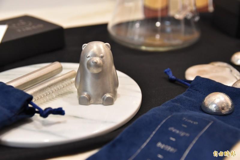 雲林科技大學創設系研發團隊研發全世界第一隻北極熊錫冰塊。(記者黃淑莉攝)