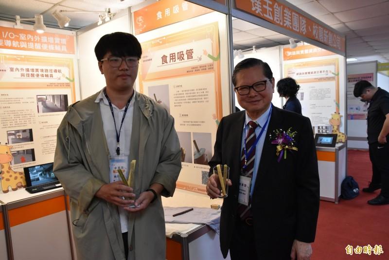 雲林科技大學企管系研發團隊以麥芽糖做出可食用吸管,中華民國發明學會總會長吳國俊(右)有意願協助媒合廠商合作。(記者黃淑莉攝)