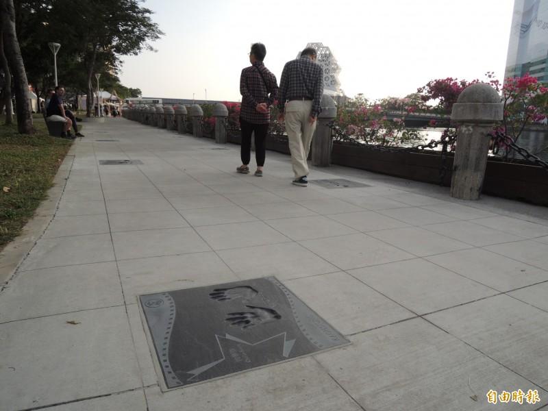 位於高雄市河東路、五福路旁的愛河畔星光大道今天正式啟用,有資深影星甄珍等港台影視明星、導演、出身高雄或具高雄精神的各領域傑出人士的手印。(記者王榮祥攝)