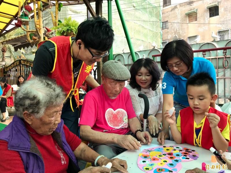 92歲老兵鄭學錦(前左3)走過戰亂更懂惜福,現在以當志工為樂。(記者洪臣宏攝)