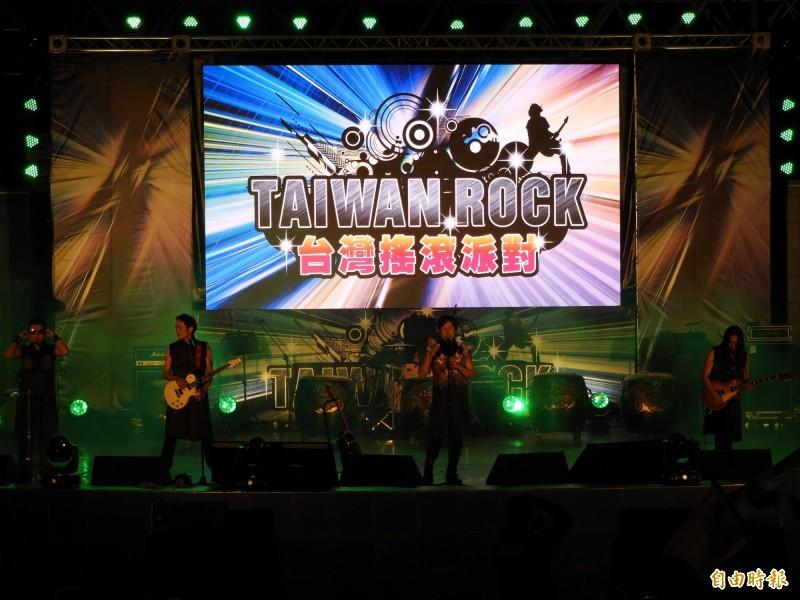 「台灣搖滾派對」今晚在大安森林公園露天音樂台舉辦,現場湧進上千民眾冒雨參與盛會,欣賞董事長樂團演出。(記者陳鈺馥攝)