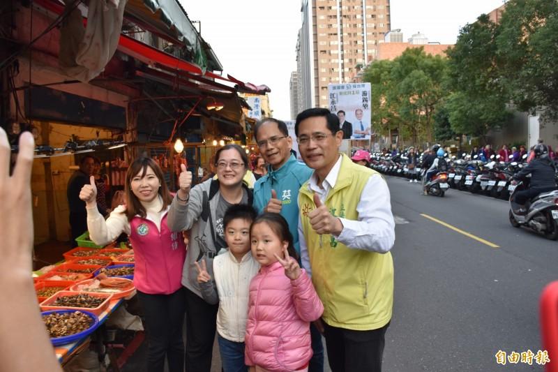 游錫堃陪同江永昌市場街,呼籲支持雙認證的優秀立委。(記者翁聿煌攝)