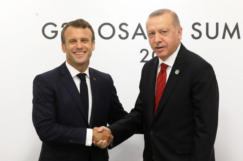 法國總統馬克宏(左)與土耳其總統艾多根6月在日本大阪G20峰會上會晤。(法新社檔案照)