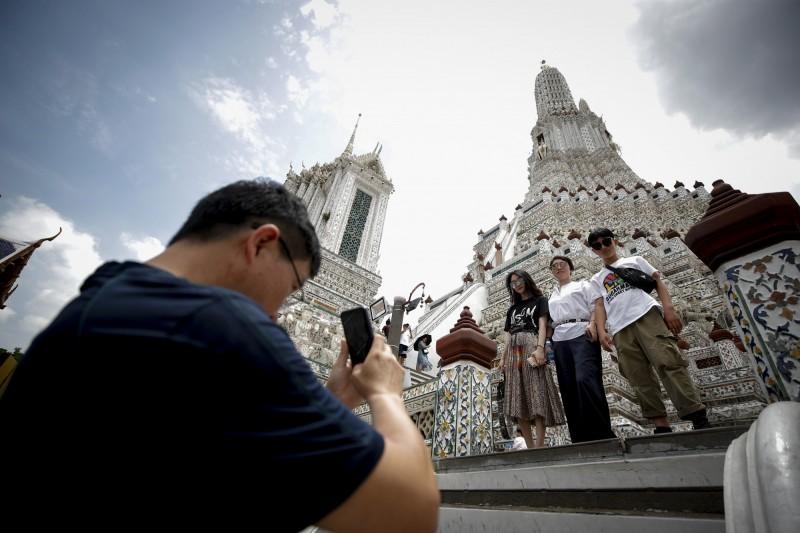 泰國12月起推行電子簽證新制,引起網友批評不便。外交部今(29)日回應表示,泰簽新制全球一體適用,並非針對台灣而設。圖為遊客在泰國拍照留念。(歐新社)