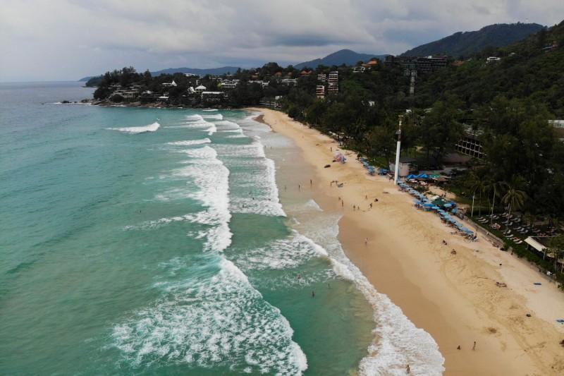 12月起,申請泰簽須附上個人財力證明,且要線上預約申請。圖為泰國旅遊勝地普吉島一景。(法新社)