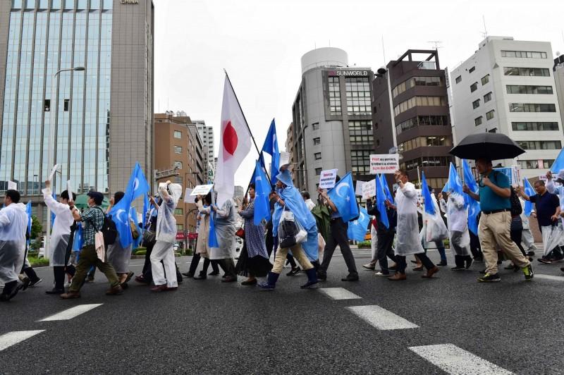 日媒指出,目前日本有約3000名維吾爾族人居住。圖為今年6月,大阪維族社區的抗議者反對中國壓制穆斯林少數民族,發起示威遊行。(法新社)