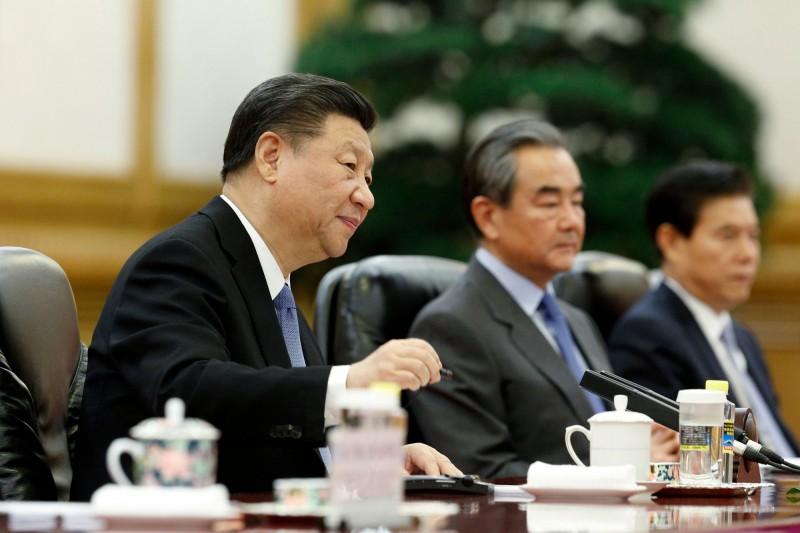 《華盛頓郵報》認為,香港現況凸顯出習近平(左)與中國這個獨裁的「黨國」並不全然了解民主。(法新社)