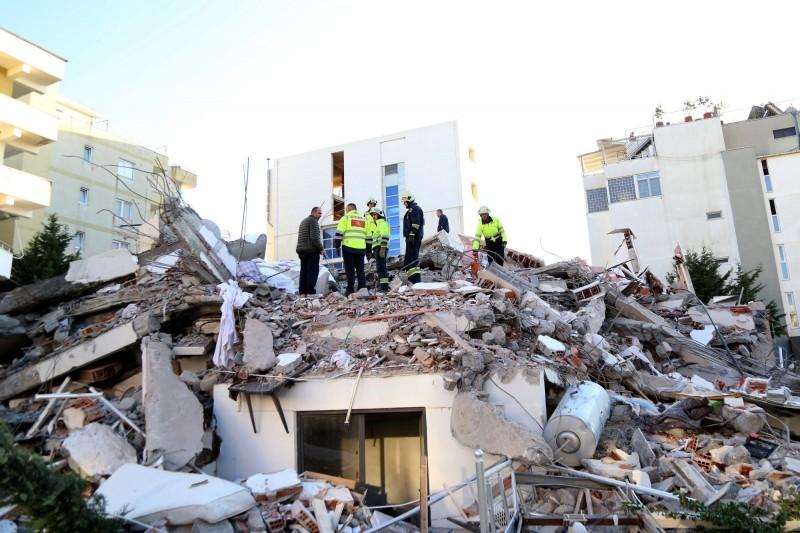 阿爾巴尼亞強震後死亡人數攀升,目前已有46人罹難,其中一處民宅更有母親和3幼兒一同喪命。(法新社)
