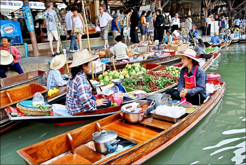 下月起,申請泰國觀光簽證必須提供三個月的財力證明影本。圖為泰國丹能莎朵水上市場。(資料照)