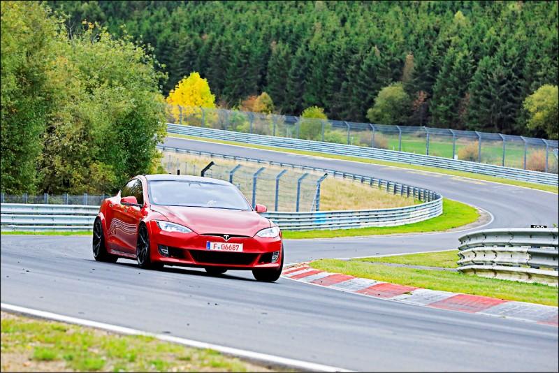曾經標榜自駕的Tesla,官網也已更改為「自動輔助駕駛」。(路透)