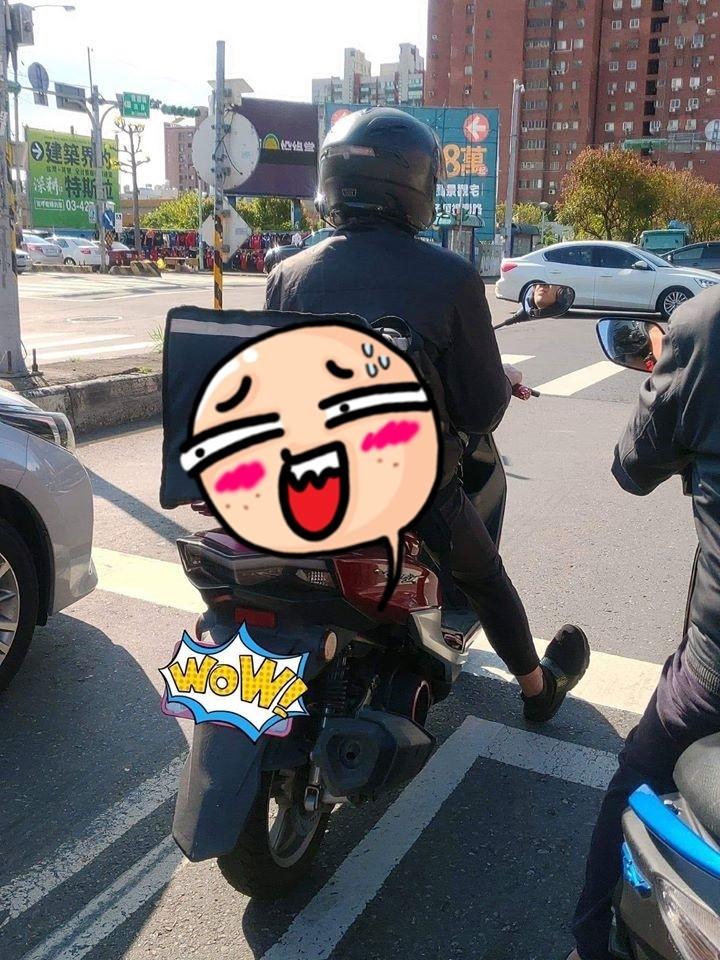 有網友在臉書社團爆料公社上貼出一外送員「人在曹營心在漢」的有趣圖片。(圖擷自爆料公社)