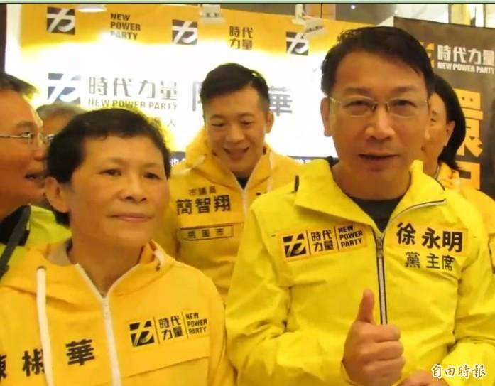 時代力量黨主席徐永明(右)說,「環保鐵娘子」的陳椒華(左)同意擔任不分區第一名,他就認為時代力量政黨票妥當了,這次要衝110萬票。(記者蘇金鳳攝)