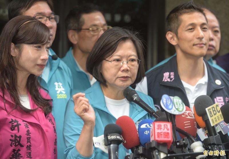 蔡英文總統30日陪同黨籍立委參選人許淑華、吳怡農等到北市傳統市場拜票,並接受媒體聯訪。(記者張嘉明攝)