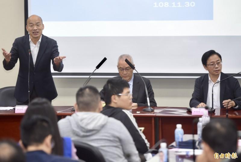 國民黨總統候選人韓國瑜(左)、副總統候選人張善政(右)下午共同出席「青年後援會」座談會,兩人當場宣布,當選之後「部分假日要恢復」,目前「教師節」確定恢復放假。(記者簡榮豐攝)
