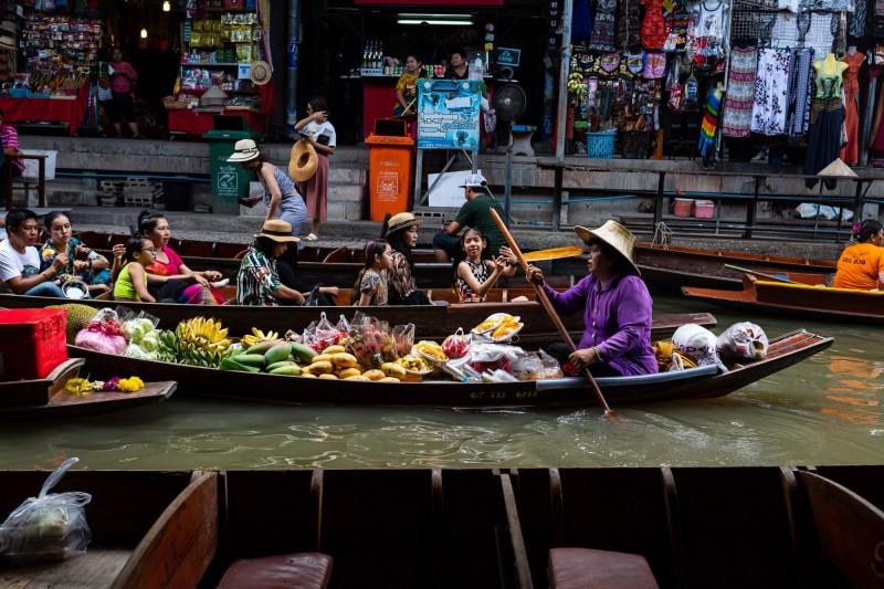 針對民眾反映12月即將開跑的泰簽新制造成不便,旅居泰國的台灣網友分析,新制實際上沒有太大變動,且並非針對台灣,呼籲各界不要再因此發表歧視性言論。圖為泰國丹嫩莎朵水上市場。(彭博)