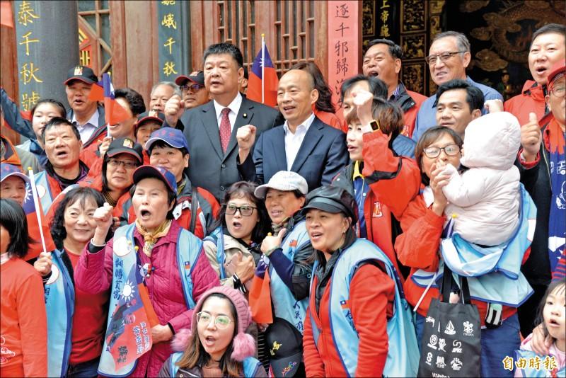 國民黨總統候選人韓國瑜傾聽之旅昨天跨海前進馬祖南竿,參拜白馬尊王廟和玄天宮,並與鄉親合影。(記者許麗娟攝)