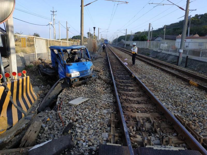 小貨車嚴重毀損,駕駛即時逃生。(記者鄭名翔翻攝)