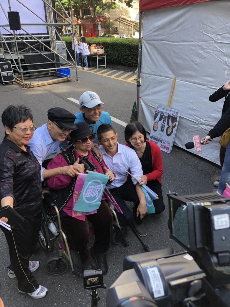 民進黨台北市第三選區立委候選人吳怡農上午舉辦造勢活動,吳爸吳乃德(左二)、吳媽林惠英(右一)現身相挺。(吳怡農辦公室提供)