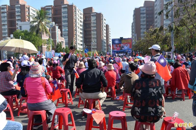 韓國瑜重返去年選市長造勢的岡山,但支持者只坐不到場地的一半。(記者許麗娟攝)