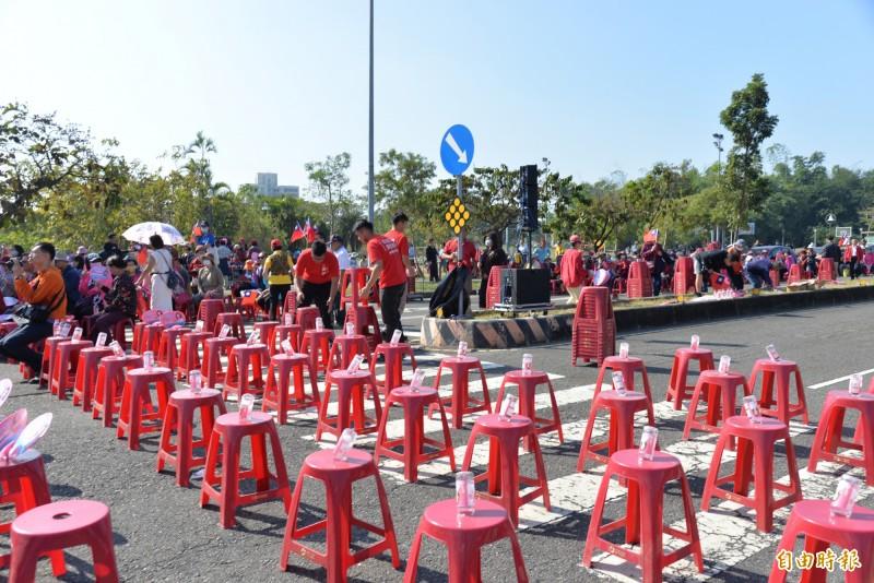 原預計滿5000張椅子,但韓還沒上台前後面多為空座位。(記者許麗娟攝)