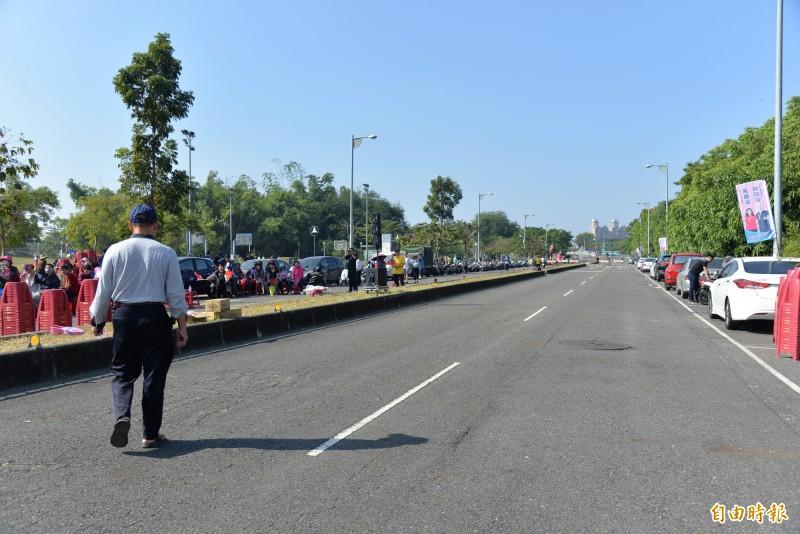 原本封鎖的道路要擺上座椅,但在韓國瑜上台前已清光。(記者許麗娟攝)