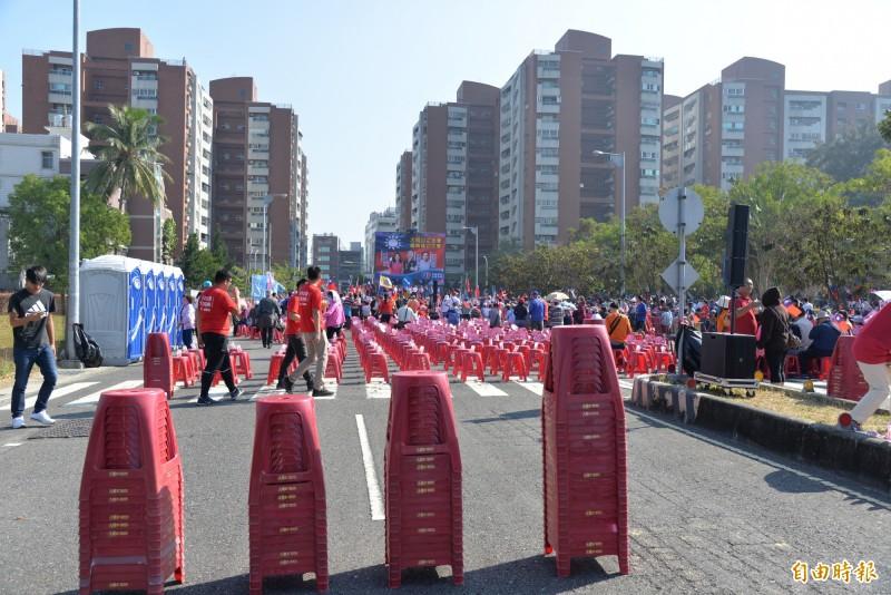 韓國瑜未上台前約10分鐘,已收起疊好的座椅。(記者許麗娟攝)