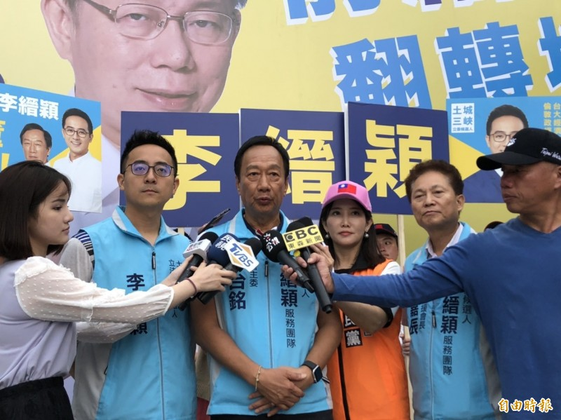 郭台銘(中)受訪時表示,不管親民黨、民眾黨也好,搞台獨會讓人民不安全感,甚至有戰爭危機。(記者邱書昱攝)