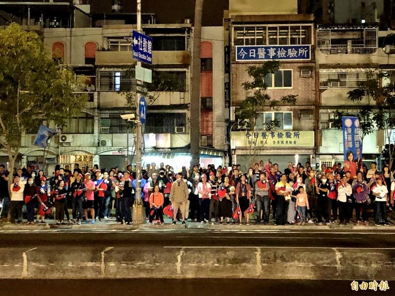 韓國瑜與陳麗娜的聯合競選總部成立,因會場在馬路邊,不少支持者站到馬路對面揮舞國旗。(記者許麗娟攝)