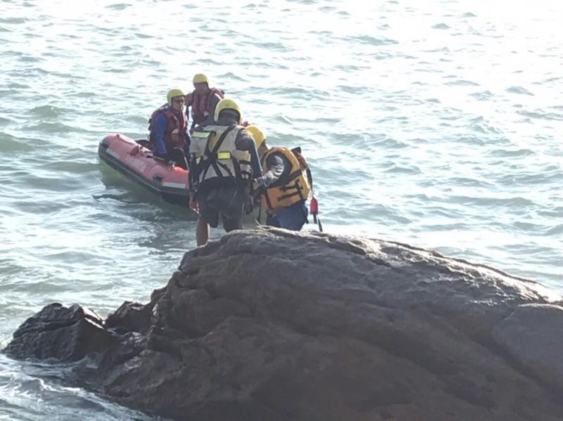 金门陈姓钓客受困礁石,消防队出动人、艇冒险搭救。 (图由陈向鑫提供)