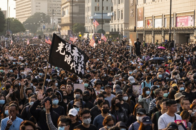 尖沙咀「毋忘初心大遊行」,發起人Swing晚間表示,至少有38萬人上街參與遊行。(彭博)