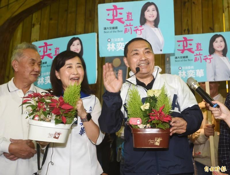 新北市長侯友宜(右)為國民黨立委林奕華(左2)站台。(記者朱沛雄攝)