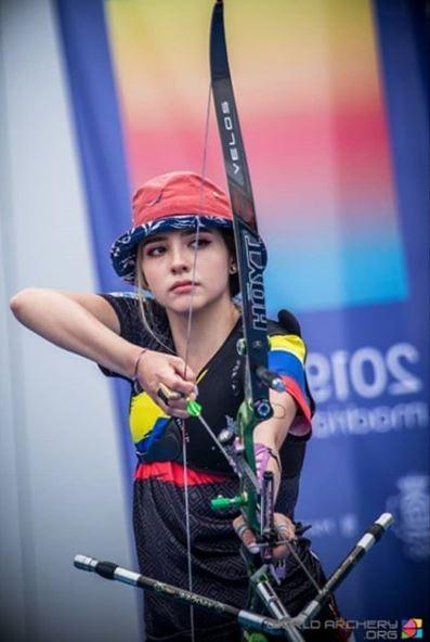 哥倫比亞一名19歲的女射箭選手希拉爾多(Valentina Acosta Giraldo),在日前舉辦的世界射箭青年錦標賽(WorldYouth Archery Championship)中爆紅,不僅擁有高超箭術,打敗各國好手進入決賽,更擁有「超高顏值」,專注的神情及精緻的五官輪廓,都讓她在網路上造成轟動。(圖擷取自IG @vofvadi)