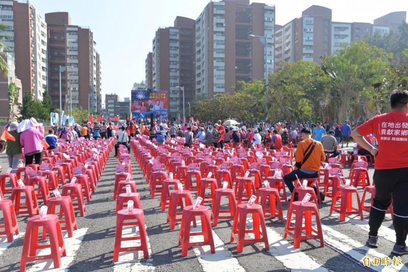 韓國瑜今在岡山造勢,幫同黨立委參選人站台,參加的人數比去年同地點造勢場合少很多。(記者許麗娟攝)