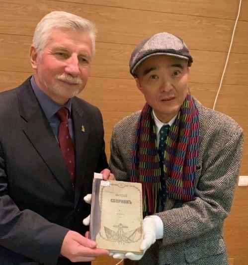 「海軍公文檔案館」館長史米耶諾夫(左)讓楊孟哲(右)親自閱覽海軍軍官伊比斯入境台灣之調查報告。(楊孟哲提供)