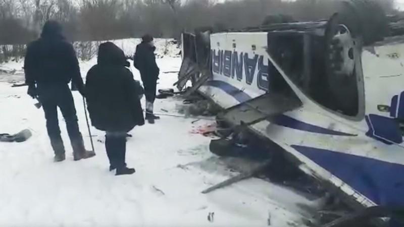 俄羅斯一輛公車爆胎墜落冰凍河面,從事故現場傳出的照片或影片可見,整輛公車上下顛倒,車廂明顯被壓扁變形。(圖取自推特)