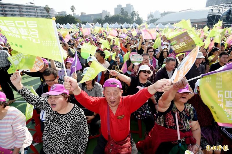 民進黨總統候選人蔡英文新北市競選總部1日在板橋第二運動場舉行成立大會,支持民眾到場力挺。(記者朱沛雄攝)