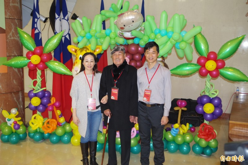 李日貴(中)把議員棒子傳給女兒李佳芬(左),再交棒給李明哲(右)服務已逾30年。(資料照)