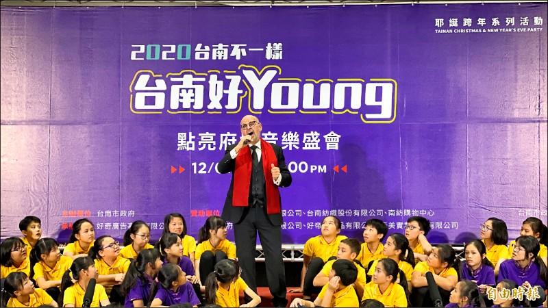 荷蘭美聲歌手馬丁.賀肯斯開唱,為台南耶誕跨年活動揭開序幕。(記者劉婉君攝)
