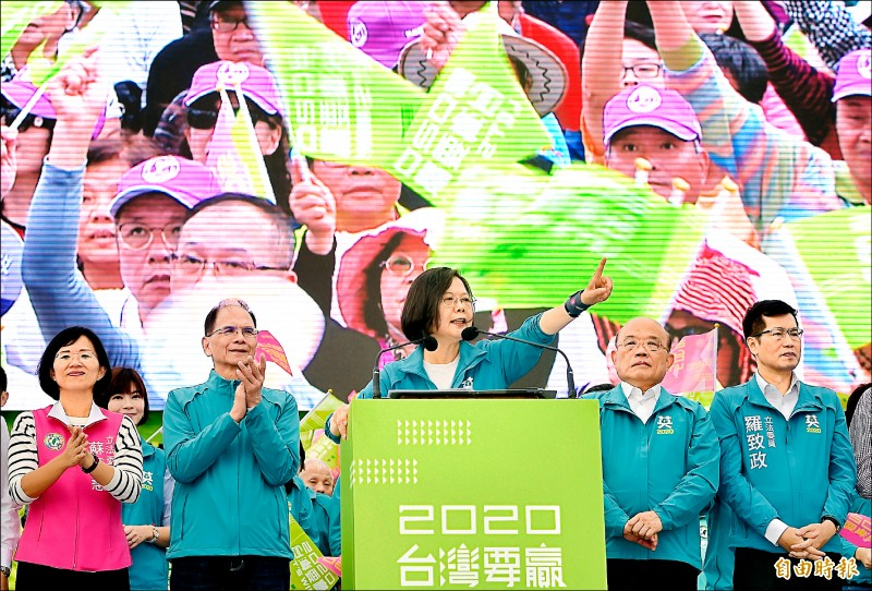 民進黨總統候選人蔡英文(中)昨出席新北市競選總部成立大會,致詞時希望選民再挺她一次。(記者朱沛雄攝)