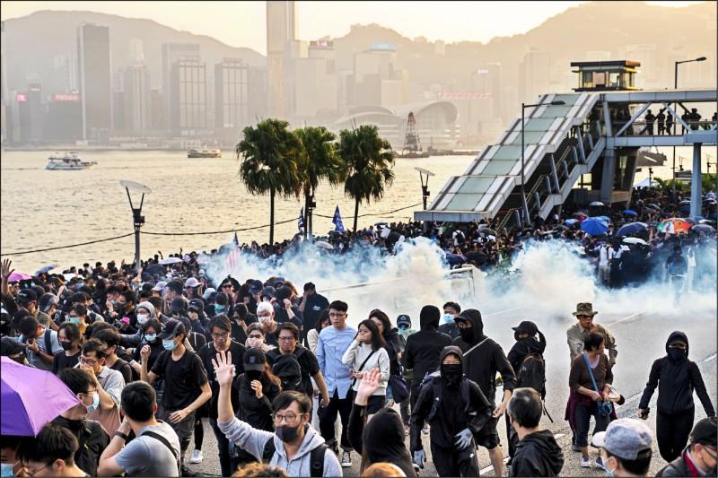 香港警方一日下午朝「毋忘初心大遊行」現場發射催淚彈。(彭博)