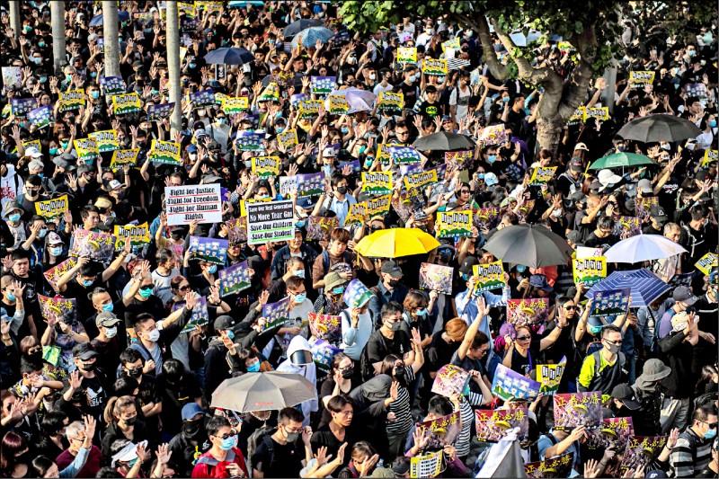 數以萬計的香港民眾1日下午聚集在尖沙咀,參與「毋忘初心大遊行」。(法新社)