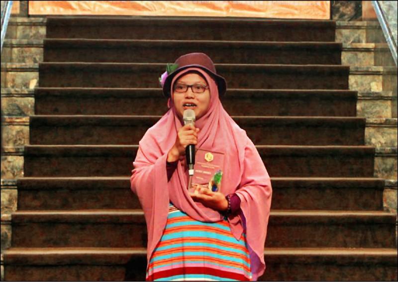 去年獲我國「移民工文學獎」優選獎、在香港擔任看護已達十年的印尼移工Yuli Riswati。(取自網路)