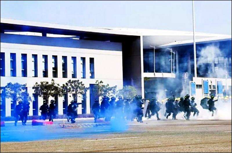 中國廣東省珠海市公安局十一月廿九日在港珠澳大橋珠海公路口岸舉行反恐演習。(取自網路)