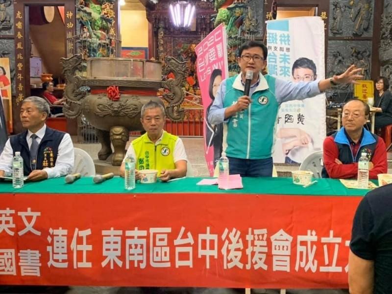 民進黨議員鄭功進(左二),表示韓國瑜叫大家民調支持小英,是打麻將胡不了牌還唬人的作為。(記者唐在馨翻攝)
